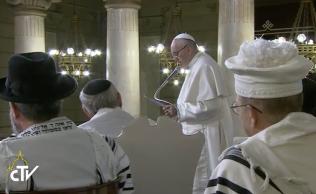 Francisco es el tercer Pontífice que visita el Templo Mayor de Roma