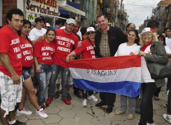 javier-zacarias-irun-con-paraguayos-que-viven-en-la-zona-villa-31-de-buenos-aires-_595_437_88111